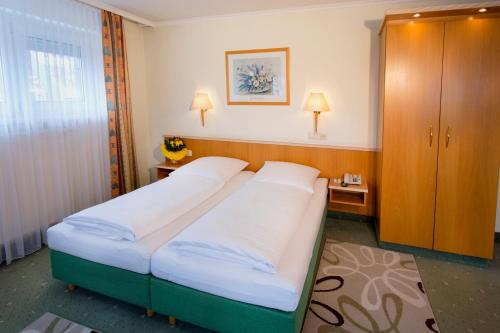 A bed or beds in a room at Hotel Brack