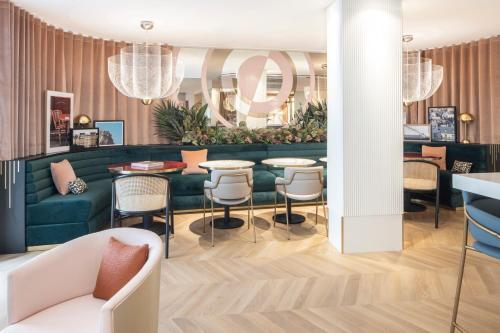 The lounge or bar area at Hôtel Parisianer