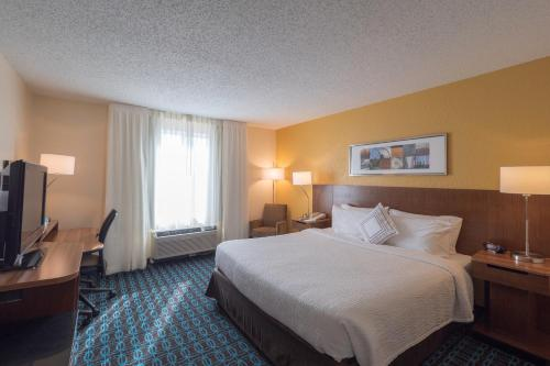A bed or beds in a room at Fairfield Inn & Suites by Marriott Cleveland Streetsboro