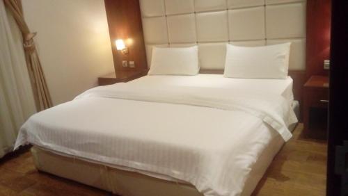 Cama ou camas em um quarto em Meda Furnished Apartments
