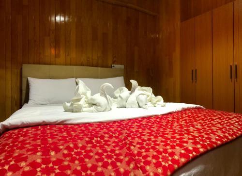 سرير أو أسرّة في غرفة في BORDO SUITE HOTEL