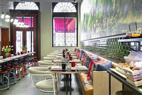 A restaurant or other place to eat at The Editory House Ribeira Porto Hotel