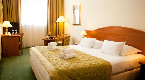 A bed or beds in a room at Hotel Globo