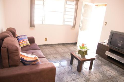 A seating area at Casa confortável em Guaratinguetá