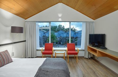 A television and/or entertainment center at Icelandair Hotel Fludir
