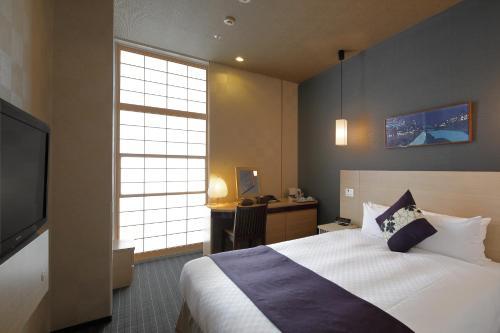 Hotel Vista Premio Kyoto Kawaramachi St房間的床