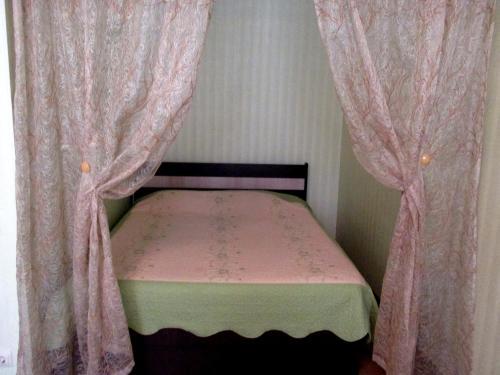 Кровать или кровати в номере Apartment on Vladimira Nevskogo 38g