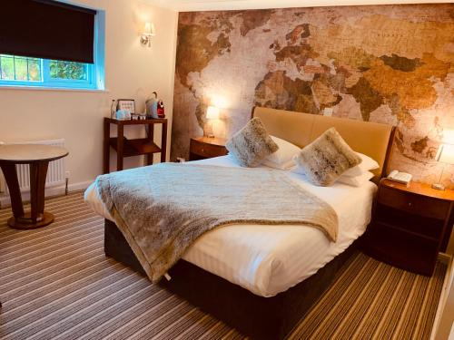 A bed or beds in a room at Kingswell Hotel & Restaurant - Boutique Hotel