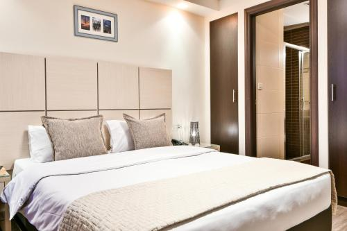 A bed or beds in a room at Athens Way