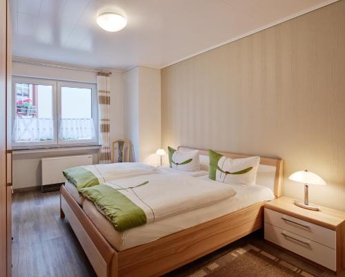 Кровать или кровати в номере Weingut Gästehaus Derkum