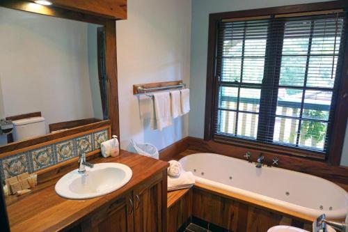 A bathroom at Bridgefield Guest House