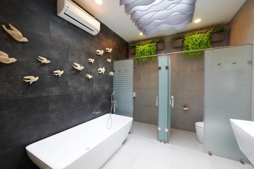 A bathroom at Verse Luxe Hotel Wahid Hasyim