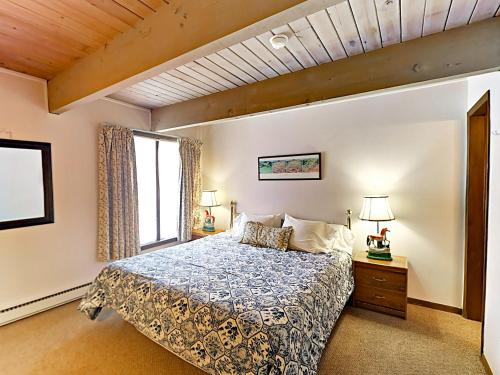 A bed or beds in a room at Aspen Chateau Dumont Condo