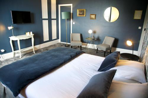 Tempat tidur dalam kamar di La bohème - Chambres d'hôtes