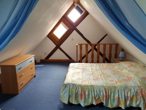 Een bed of bedden in een kamer bij La Maison Jaune
