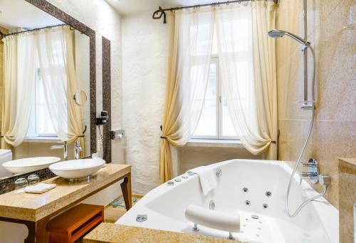 A bathroom at Savoy Boutique Hotel
