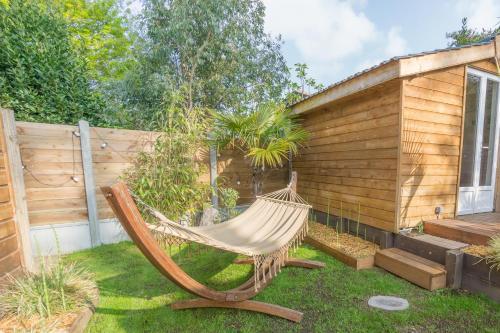 A garden outside Wood'n Sea Surf Lodge - Auberge De Jeunesse