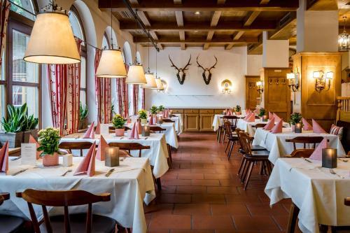 Ein Restaurant oder anderes Speiselokal in der Unterkunft Hotel IMLAUER & Bräu