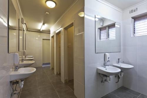 Ванная комната в City Centre Budget Hotel