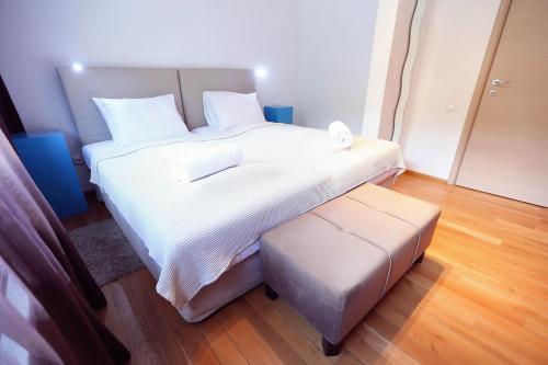 Un pat sau paturi într-o cameră la Living In Aparthotel