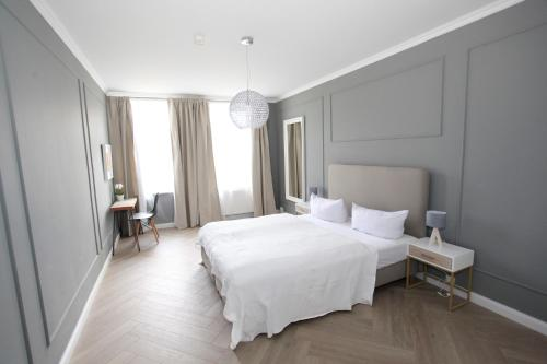 A bed or beds in a room at Zollikof Aparts - Sauna & Studioapartments