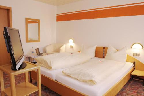 Кровать или кровати в номере Hotel Landgasthof Kranz