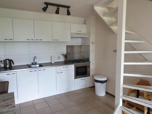 A kitchen or kitchenette at De Groede