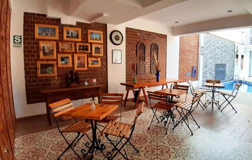 A restaurant or other place to eat at El Encanto