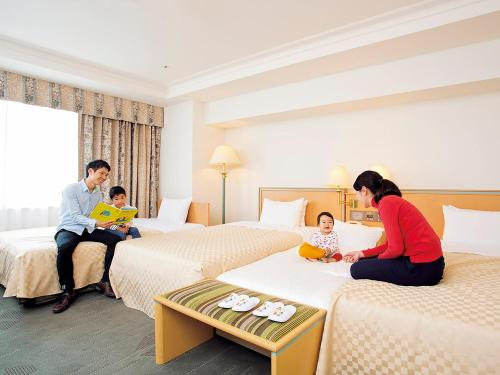 A family staying at Keio Plaza Hotel Hachioji