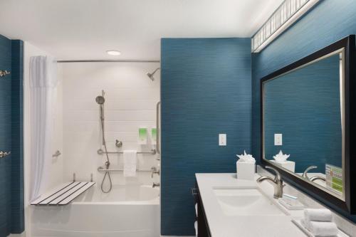 Baðherbergi á Home2 Suites by Hilton Austin North/Near the Domain, TX