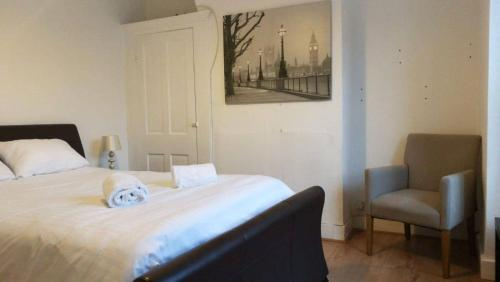 A bed or beds in a room at Gillingham Terrace