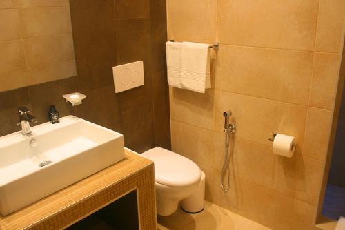 A bathroom at International Hotel Dakar