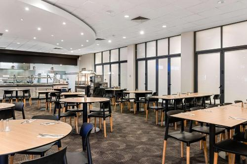 A restaurant or other place to eat at Quality Hotel Rules Club Wagga