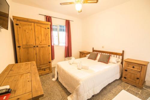 A bed or beds in a room at Pensión Riad Mediterraneo