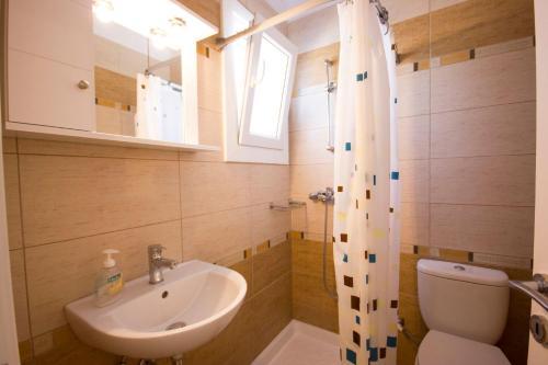 A bathroom at Sahas Apartments