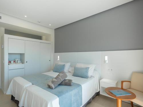 Säng eller sängar i ett rum på Son Matias Beach - Adults Only