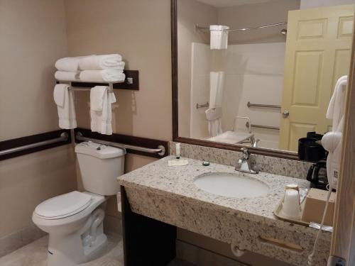 A bathroom at Harborside Inn