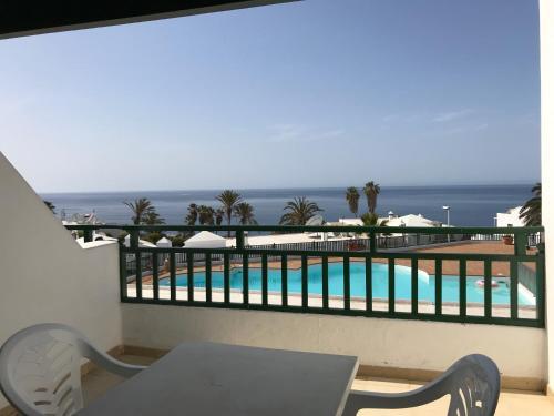 Uitzicht op het zwembad bij Apartamentos Los Pueblos of in de buurt