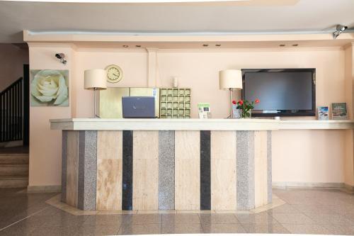 The lobby or reception area at Villa Cariatis