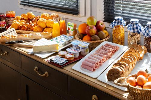 Breakfast options available to guests at Hotel Roi Soleil Strasbourg Aéroport