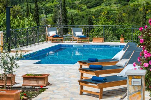 The swimming pool at or close to Villa Paulina