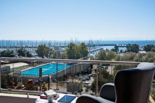 Вид на бассейн в Marina Alimos Hotel Apartments или окрестностях