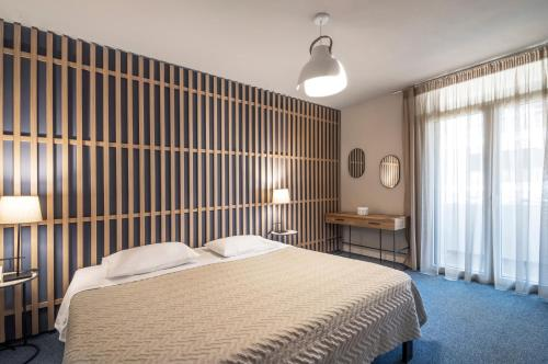 Кровать или кровати в номере Marina Alimos Hotel Apartments
