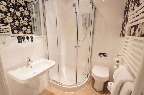 A bathroom at Briery Wood Hotel