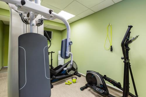 The fitness center and/or fitness facilities at ibis budget Paris Porte de Vincennes