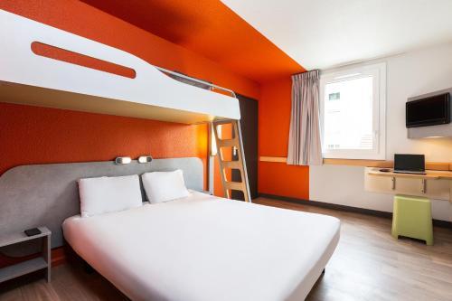 Un pat sau paturi într-o cameră la ibis budget Paris Porte de Vincennes