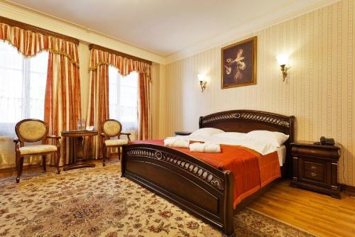 Кровать или кровати в номере Джентэльон Отель
