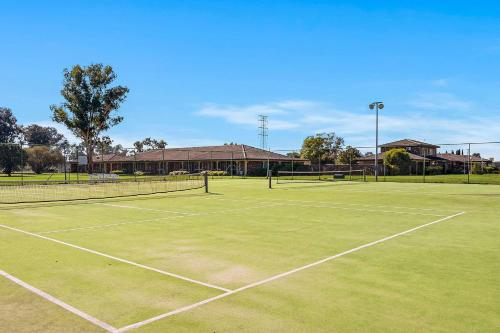 Tennis and/or squash facilities at Quality Inn Carriage House or nearby