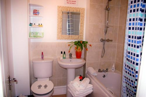 A bathroom at Ladysmith House - 4 Bedrooms - Full House