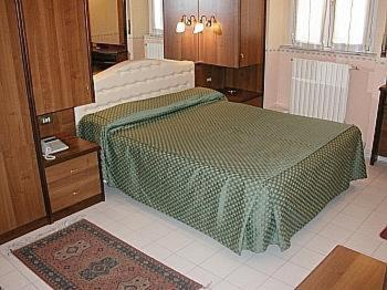 A bed or beds in a room at Hotel Vienna